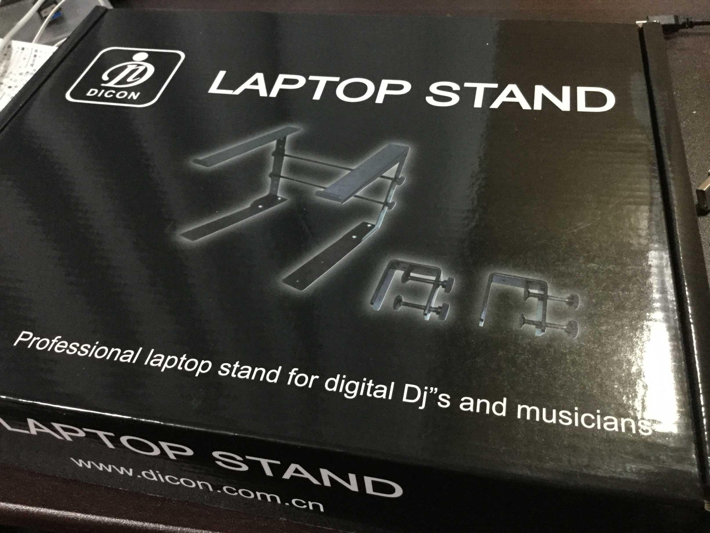 デスクを広く使うためにラップトップスタンドのすすめ